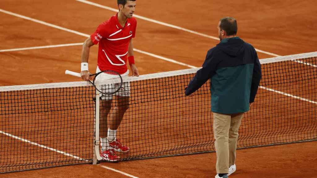 Novak Djokovic se queja al árbitro, en la final de Roland Garros 2020