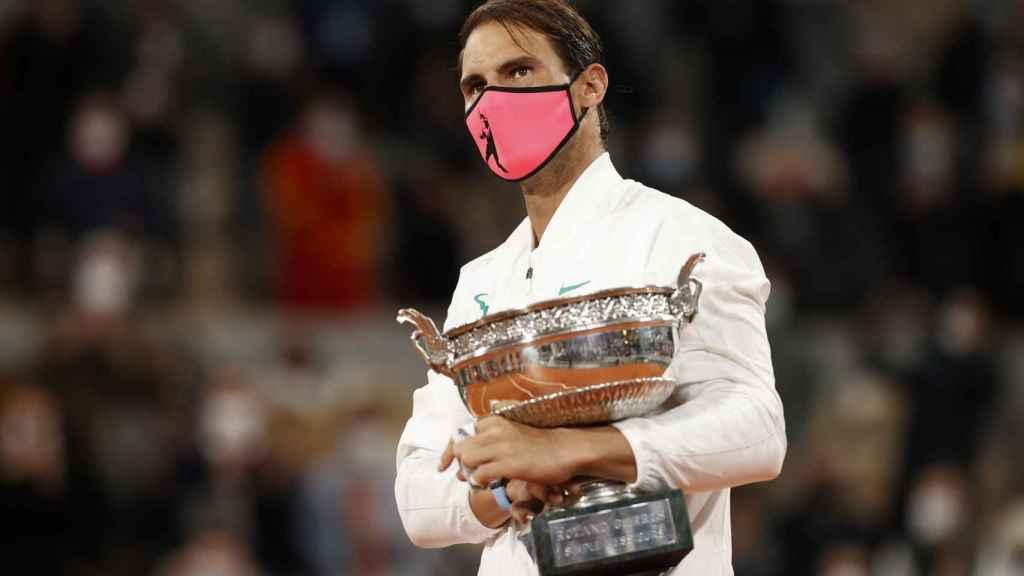Rafa Nadal, en la final de Roland Garros 2020, con la Copa de los Mosqueteros