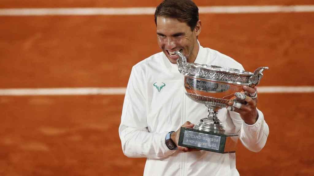 Rafa Nadal, tras la final de Roland Garros 2020, mordiendo la Copa de los Mosqueteros