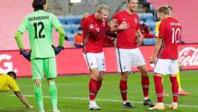 Erling Haaland celebra con Martin Odegaard su gol con la selección de Noruega