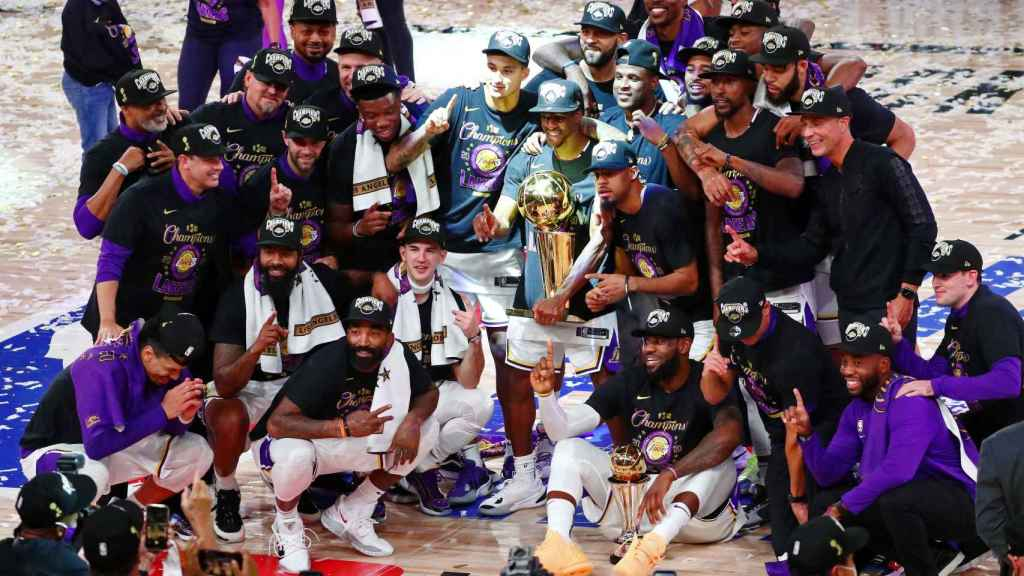 Los jugadores de Los Ángeles Lakers posan con el título de la NBA