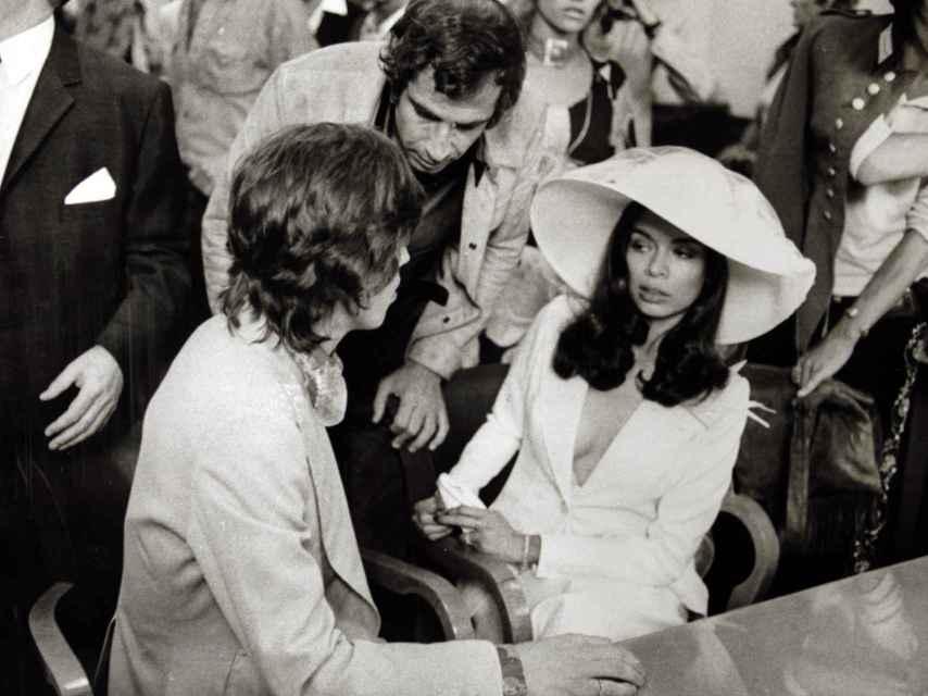 Esmoquin blanco de Bianca Jagger, de Yves Saint Laurent, con el que se casó con Mick Jagger.
