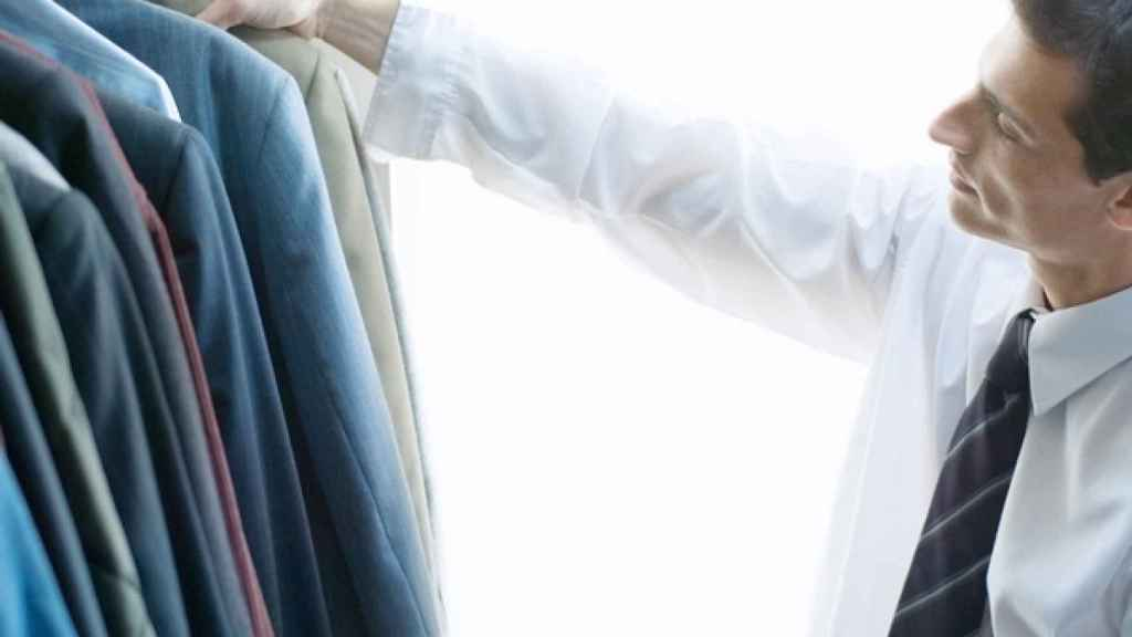Crear secciones dentro del armario ayudará a encontrar las prendas fácilmente.