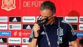 Luis Enrique se retira su mascarilla en la rueda de prensa previa al partido de España frente a Ucrania