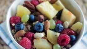 Un tazón de desayuno con algunos trozos de piña.