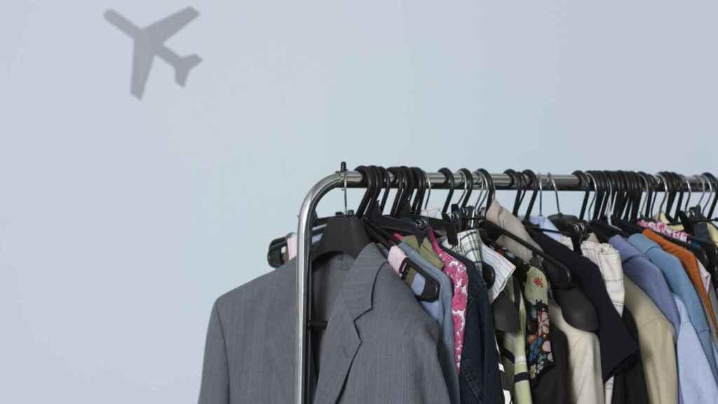 Organizar las prendas por colores o estilos es una buena opción.