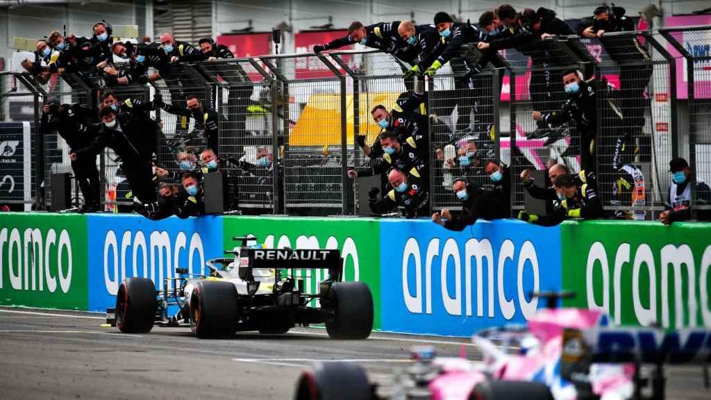 Los mecánicos de Renault celebran el paso por meta de Ricciardo