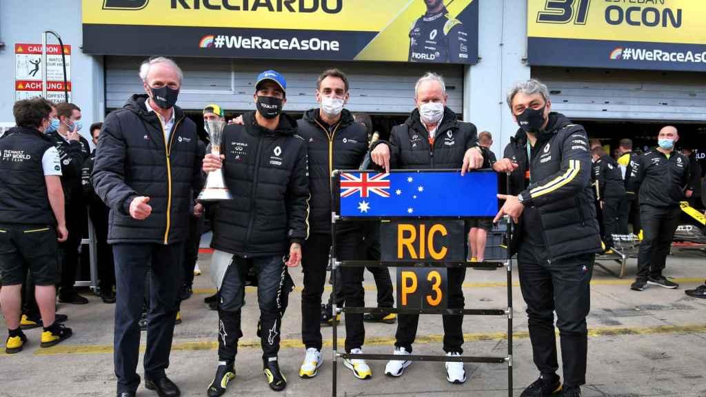 Cyril Abiteboul, Luca de Meo y Ricciardo celebran el podio