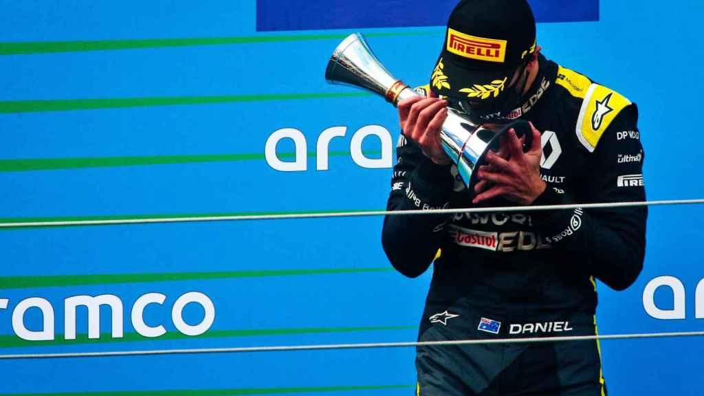 Ricciardo besa su trofeo