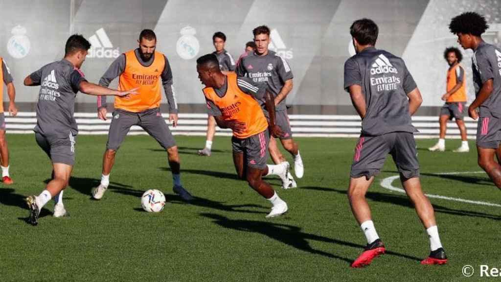 Vinicius y Benzema, en el rondo durante un entrenamiento del Real Madrid