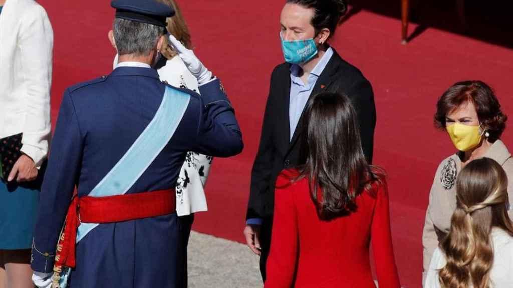 Felipe VI saluda a Pablo Iglesias en la ceremonia del 12-O, en el Palacio Real.