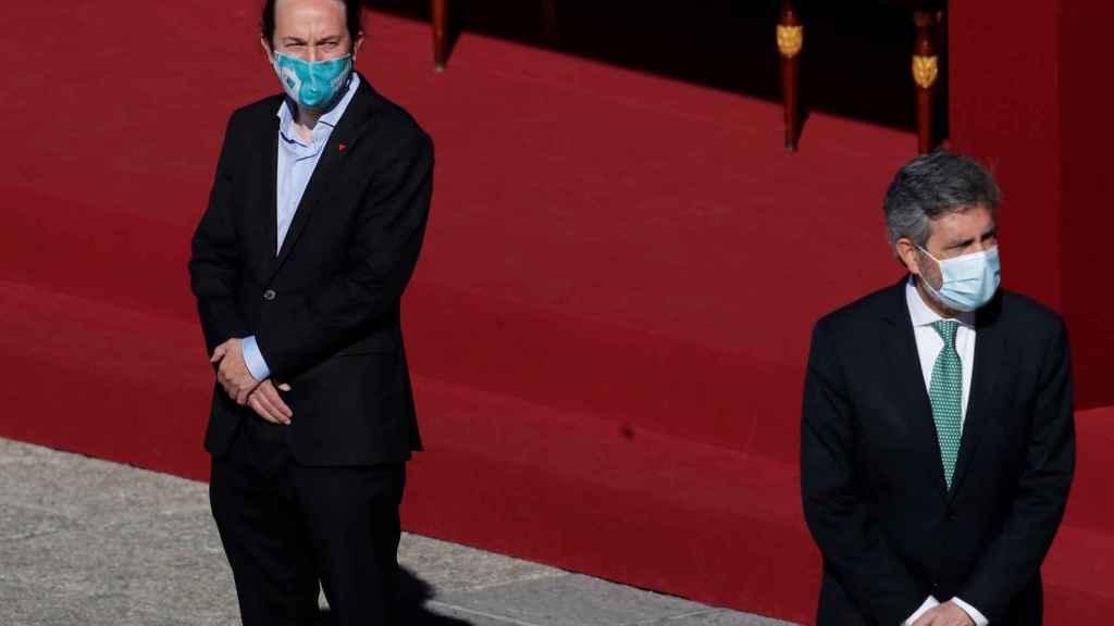 Pablo Iglesias observa a Carlos Lesmes (presidente del Tribunal Supremo), en los actos del 12-O.