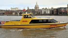Una de las embarcaciones de DHL por el canal del Támesis.
