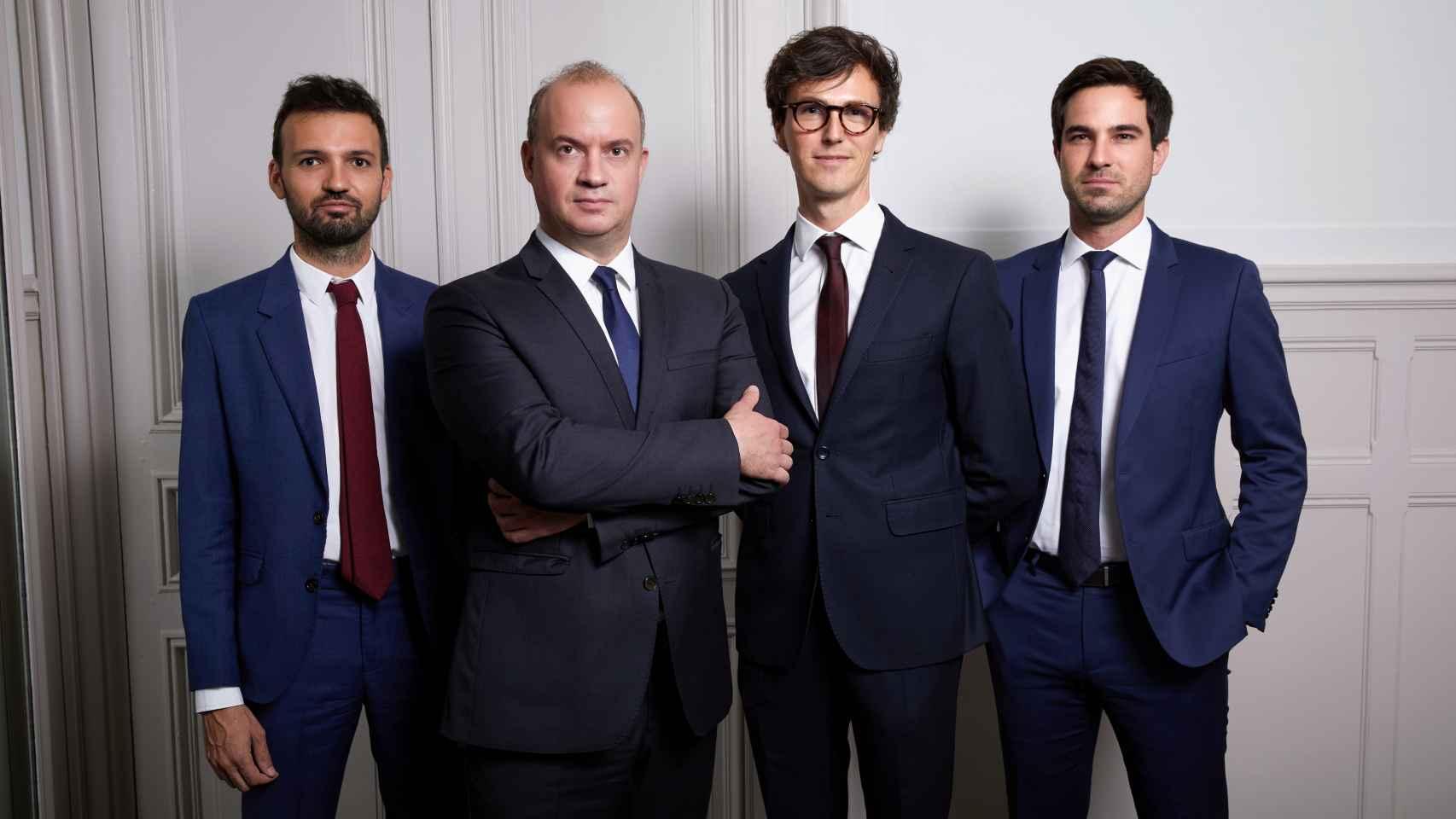 Cyrille Carrière, el segundo por la izquierda, y su equipo de analistas.