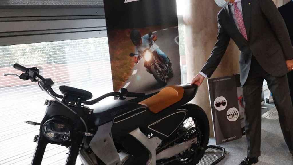 El Rey Felipe se acerca para tocar las piezas en 3D realizadas en la moto Pursang.
