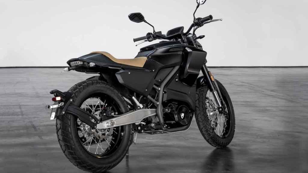 Es una moto eléctrica que nos recuerda las Bultaco de motocross de finales de los 60.