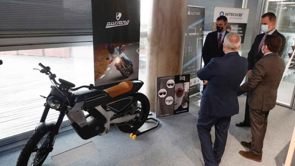 El Rey durante su visita mostró su interés por la moto eléctrica.