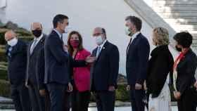 Pedro Sánchez saluda a los ministros portugueses durante la Cumbre Ibérica.
