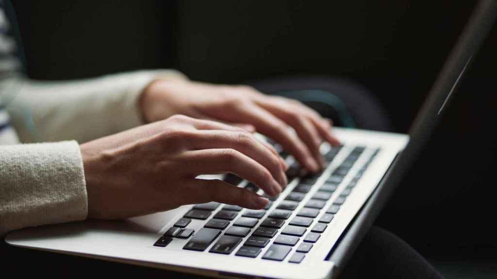 Un usuario  maneja un teclado  informático.