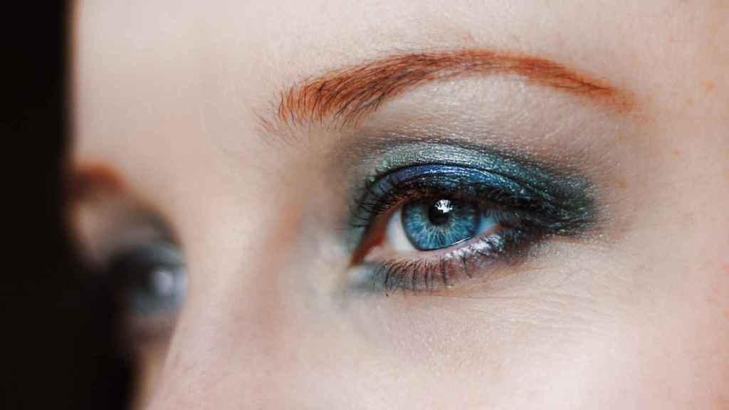 Esta temporada se llevan las sombras de ojos de colores llamativos y satinados.
