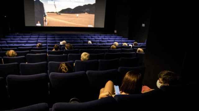 Sala de cine con distancia de seguridad y mascarilla.