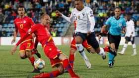 Ildefons Lima y Kylian Mbappé, en un partido oficial entre Andorra y Francia