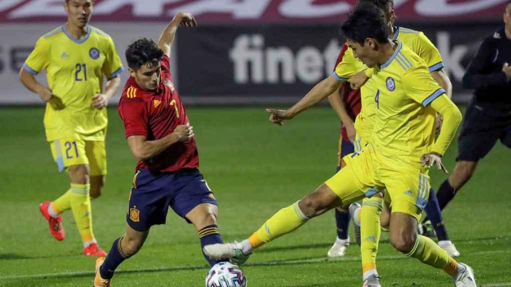 Brahim Díaz luchando un balón ante Kazajistán