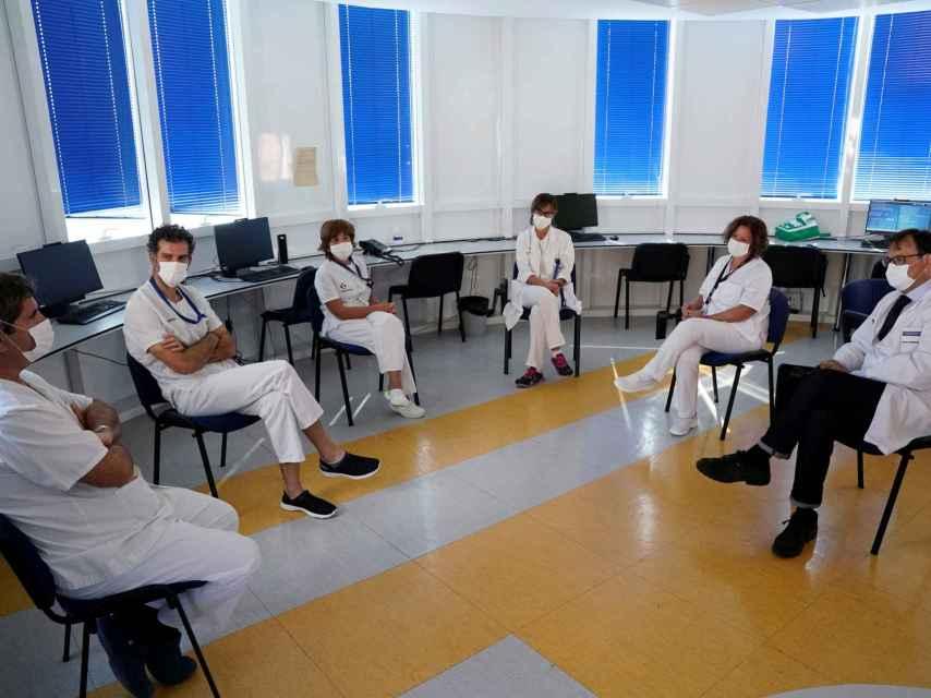 Médicos debatiendo tras un brote de Covid.