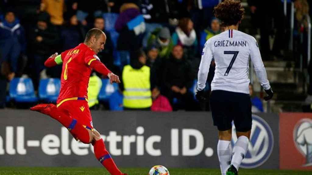 Ildefons Lima despejando un balón bajo la mirada de Antoine Griezmann en un partido entre Andorra y Francia