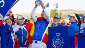 Carlota Ciganda alza el trofeo de la Solheim Cup en 2019 en Gleneagles