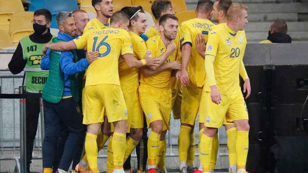 La selección de Ucrania celebra el gol de Tsygankov ante España