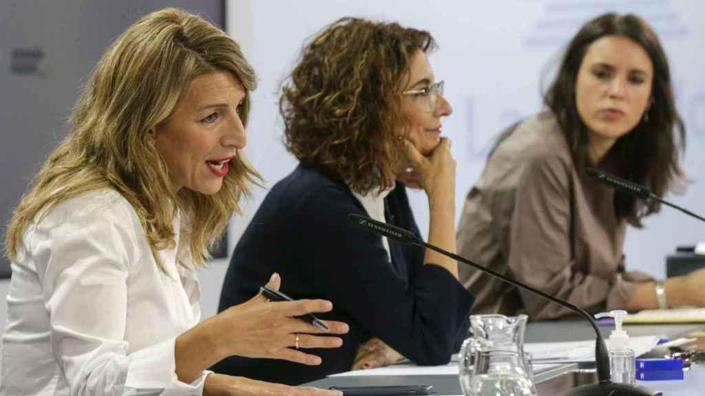 Las ministras de Trabajo, Yolanda Díaz, Hacienda, María Jesús Montero, e Igualdad, Irene Montero.