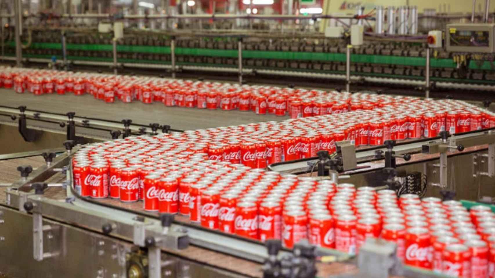 Interior de una planta de Coca-Cola