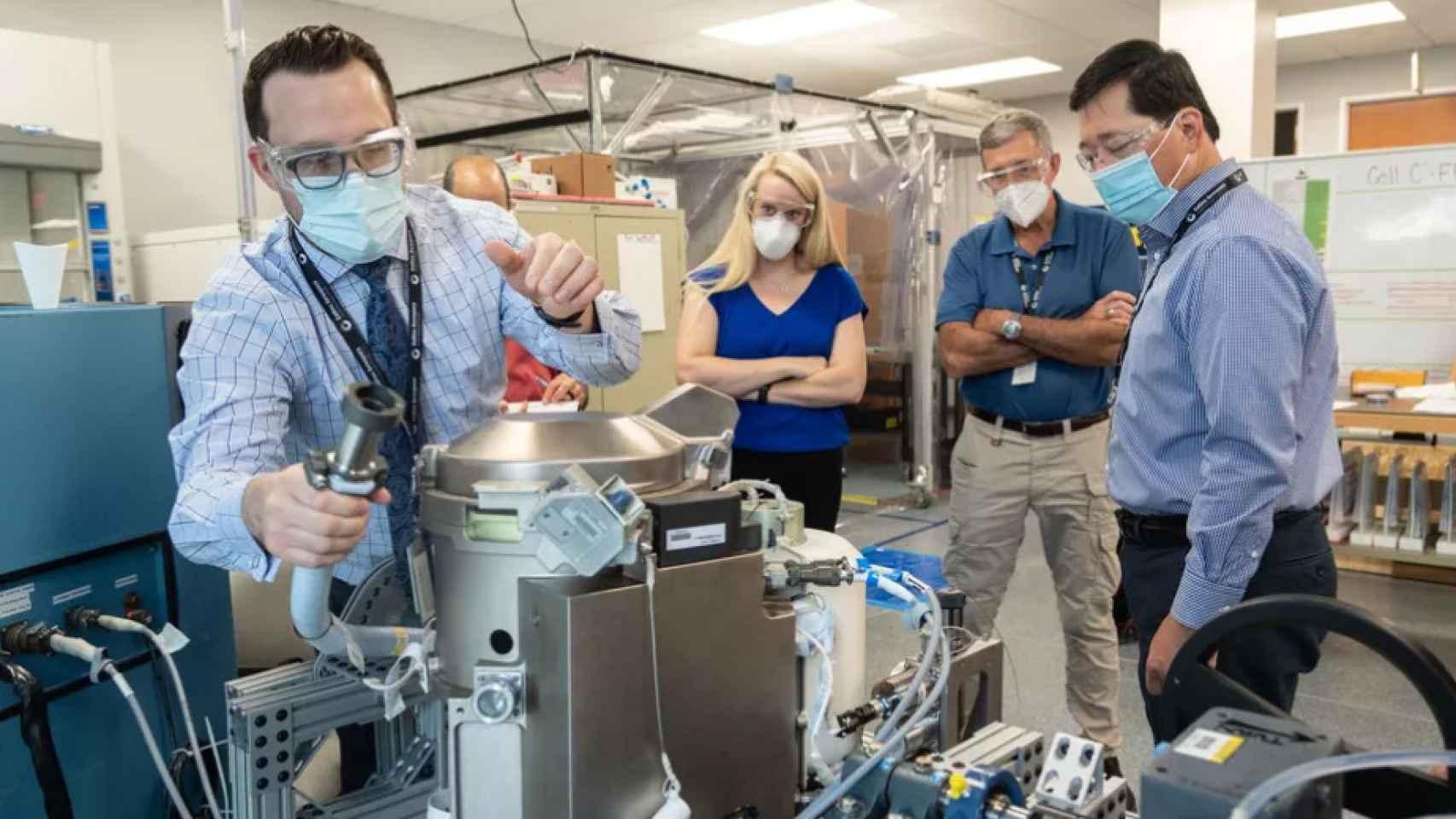 La astronauta de la NASA Kate Rubins supervisa el nuevo retrete de la NASA. Rubins viajará a la EEI en octubre, después de que llegue el inodoro.