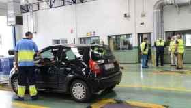 Una conductora pasa su ITV en Granada durante la nueva normalidad.