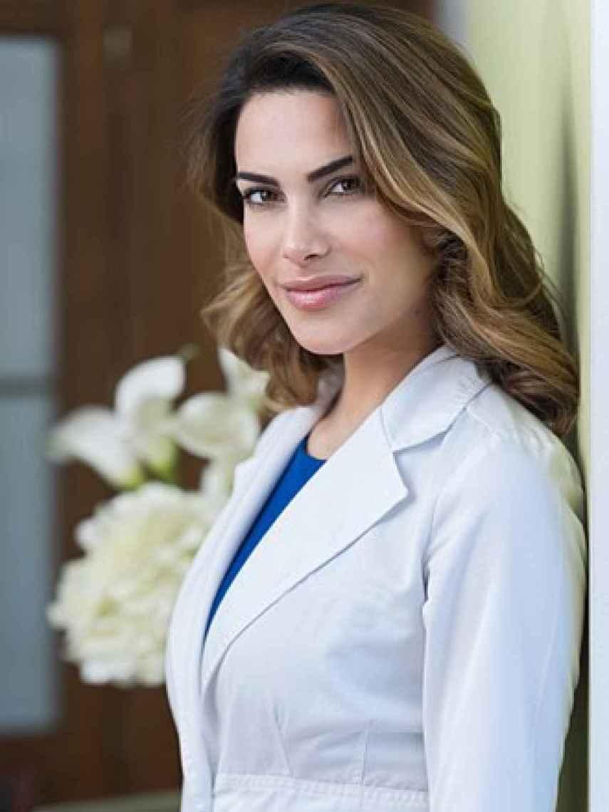 Carla García Barber, con su bata de médico en sus instalaciones de Madrid.