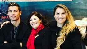 Cristiano Ronaldo junto a su madre Dolores y su hermana Katia Aveiro