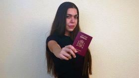 Heba, en Emiratos Árabes, donde reside, con el pasaporte español.