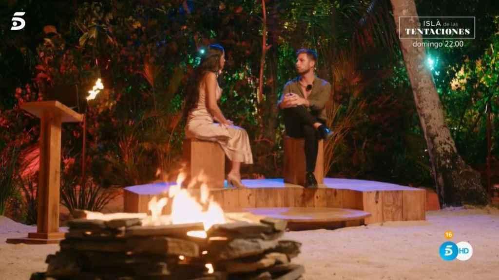 Melyssa y Tom en su hoguera de confrontación.