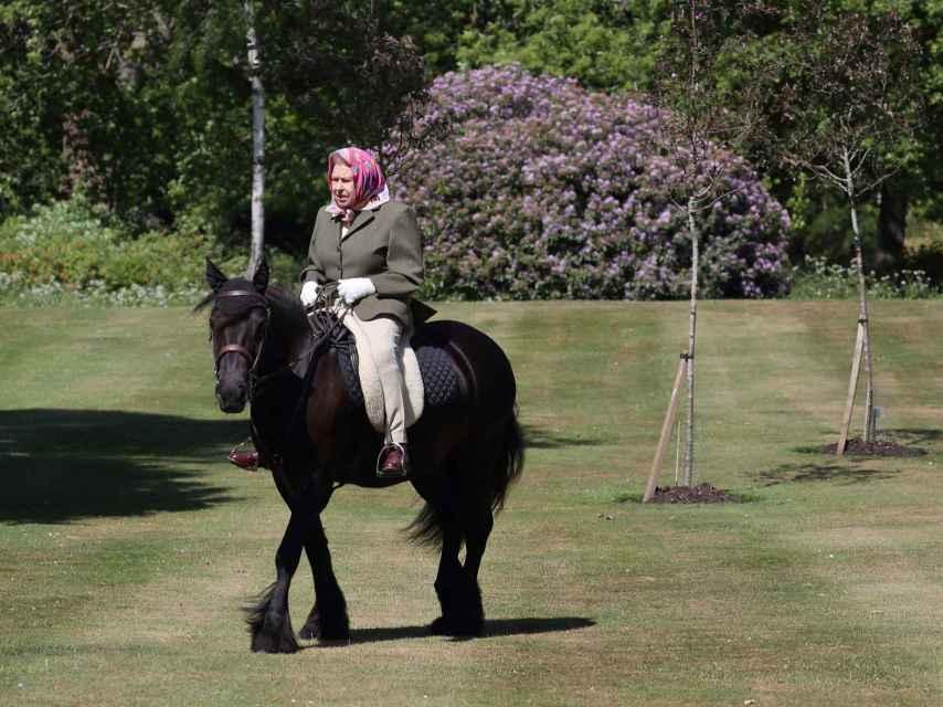 La monarca montando a caballo en su residencia de Balmoral.