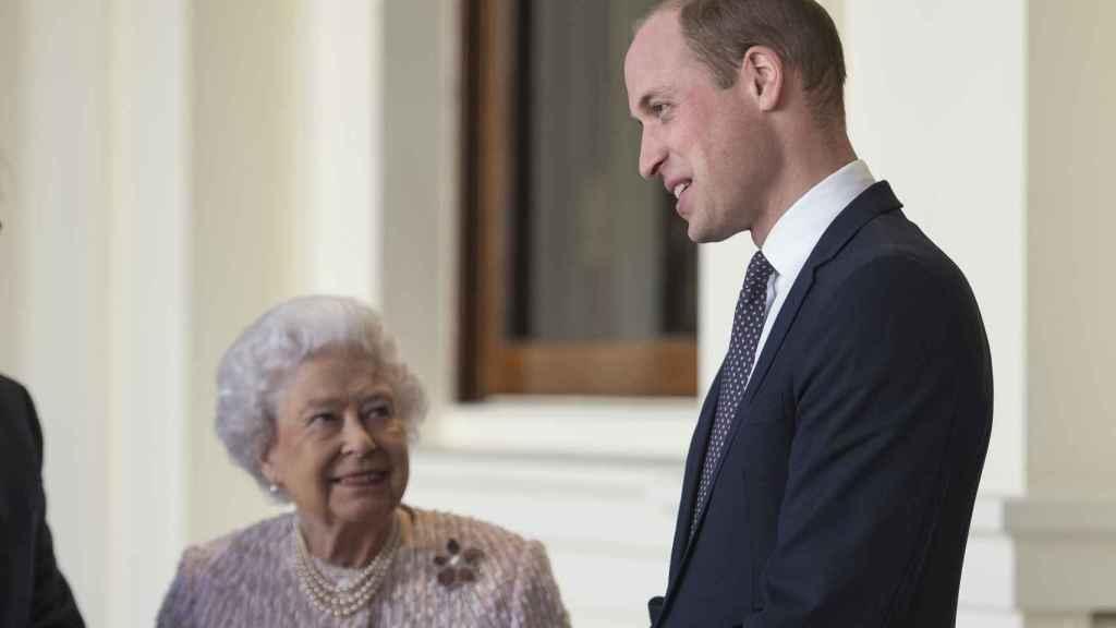 La reina Isabel II con su nieto Guillermo, duque de Cambridge.