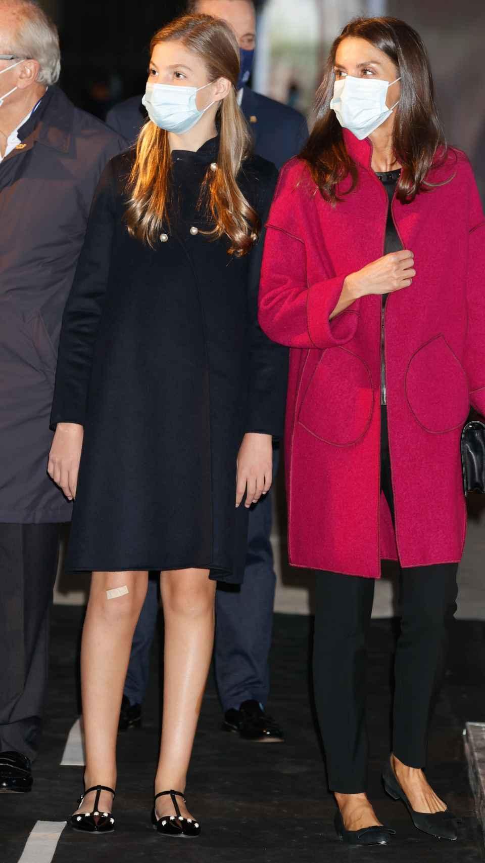 La reina Letizia y su hija, la infanta Sofía, en las instalaciones de LAFPABRICA. Fábrica en Premios.