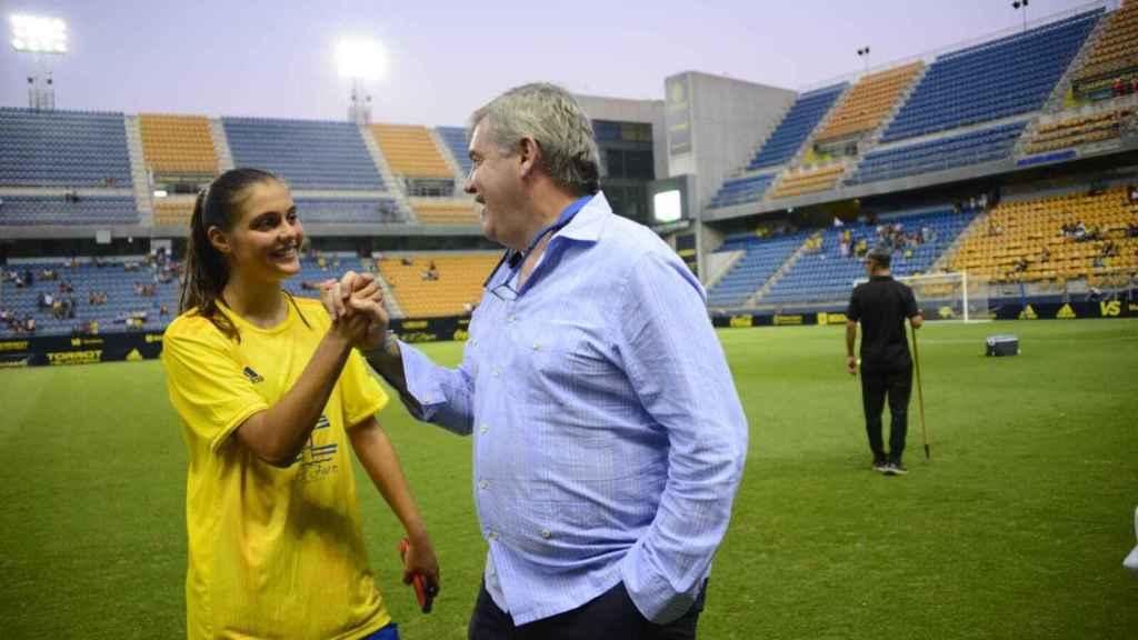 Manuel Vizcaíno y una jugadora del Cádiz Femenino