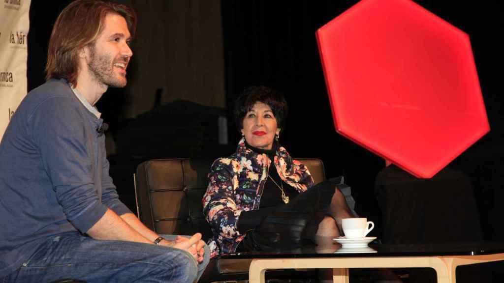Manuel y su madre durante el acto 'Un café con...' en Málaga.