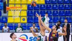 Los jugadores del Barça y Panathinaikos pelean un balón