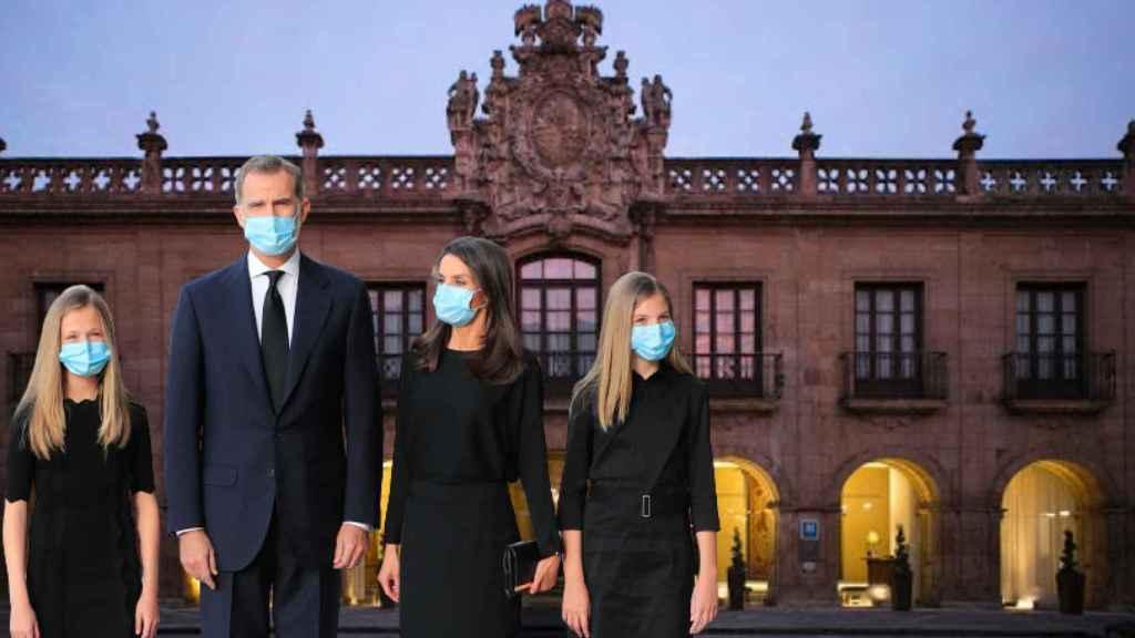 La Familia Real junto al Hotel De La Reconquista, en un fotomontaje de JALEOS.