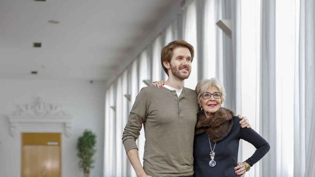 Concha Velasco junto a su hijo Manuel en una imagen tomada en Valladolid en 2018.