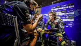 Valentino Rossi habla con su equipo