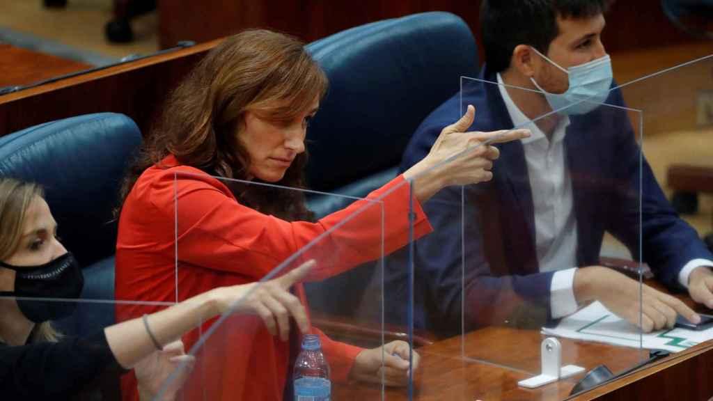 Gesto de la polémica de Mónica García en la Comunidad de Madrid.