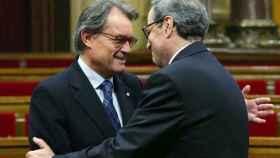 Artur Mas (i) saluda al presidente Quim Torra en el Parlament.